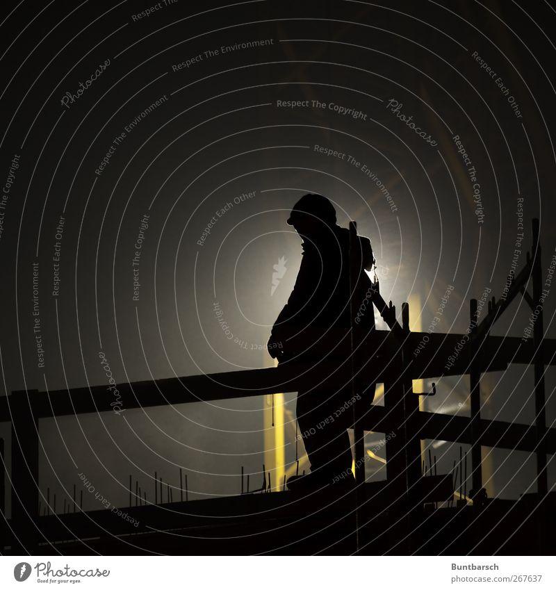 Spätschicht Mensch schwarz Erwachsene gelb dunkel Arbeit & Erwerbstätigkeit maskulin stehen Baustelle Industrie Beruf Wirtschaft Kran Handwerker Arbeitsplatz