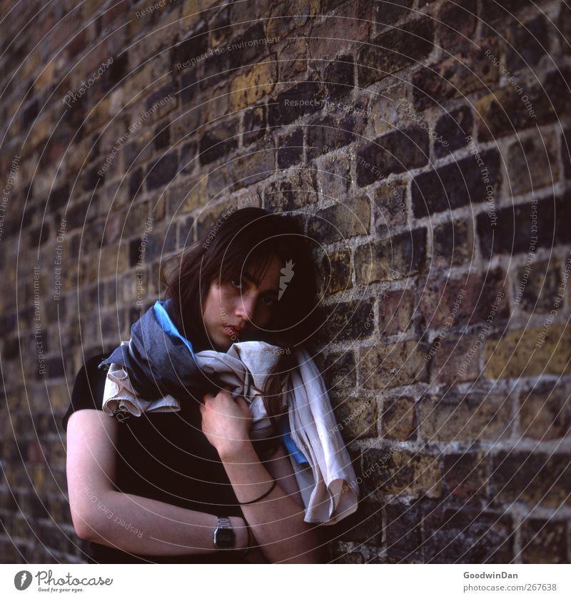 Eins noch. Mensch feminin 1 London Stadt Mauer Wand Fassade stehen warten authentisch schön kalt Stimmung Farbfoto Außenaufnahme Tag Licht