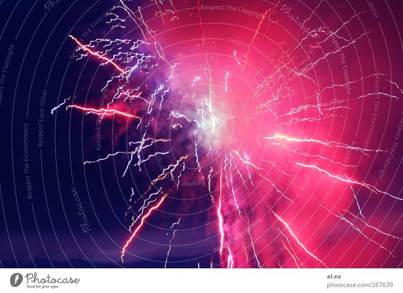 Explosion leuchten ästhetisch hell wild violett rosa rot Farbfoto Außenaufnahme Experiment Menschenleer Nacht Feuerwerk Pyrotechnik Farbenspiel Lichtspiel