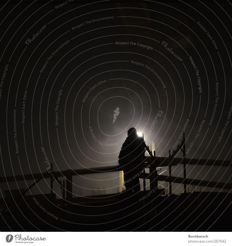 Nachtschicht - man at work Mensch Mann schwarz Erwachsene gelb dunkel Arbeit & Erwerbstätigkeit warten maskulin stehen Baustelle Industrie beobachten Bauwerk