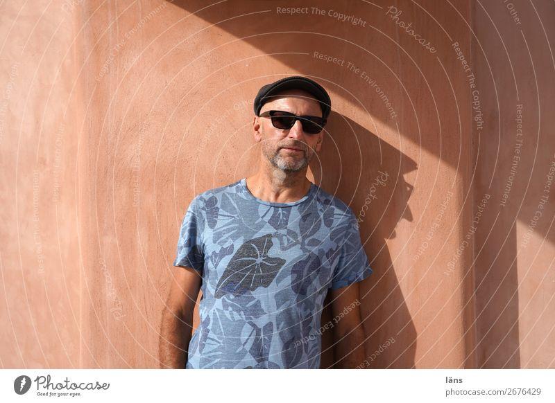 Profil Ferien & Urlaub & Reisen maskulin Mann Erwachsene Leben 1 Mensch Oia Griechenland Haus Mauer Wand T-Shirt Brille Mütze beobachten Blick warten einfach