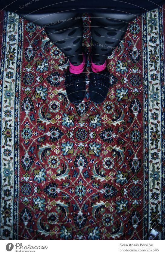 auf dem teppisch bleiben II Mensch Jugendliche Erwachsene feminin Beine Mode Fuß Schuhe Junge Frau 18-30 Jahre stehen retro einzigartig dünn Rock Strumpfhose