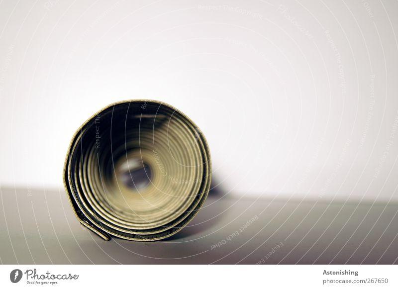 Maßband Kunststoff rund grau schwarz weiß Band messen Zylinder Spirale Loch Linie abstrakt gerollt Rolle Ende Beginn Schwarzweißfoto Innenaufnahme Nahaufnahme