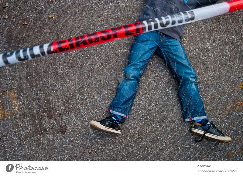 Tatort Mensch Kind Junge Körper Kindheit liegen maskulin 8-13 Jahre Barriere Polizei Kriminalität Krimi Opfer