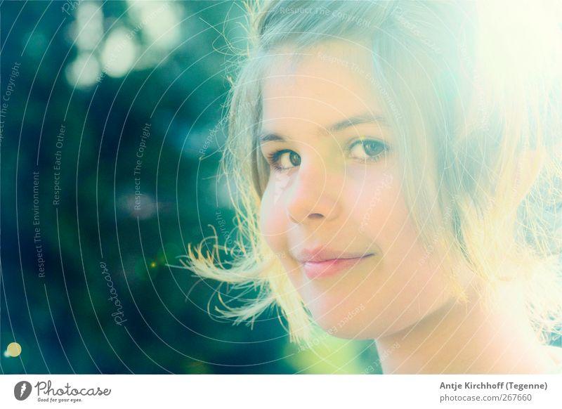 Verschmitzt Mensch Jugendliche grün Freude Gesicht gelb feminin Gefühle Glück Zufriedenheit blond gold Kindheit Fröhlichkeit Warmherzigkeit Lächeln