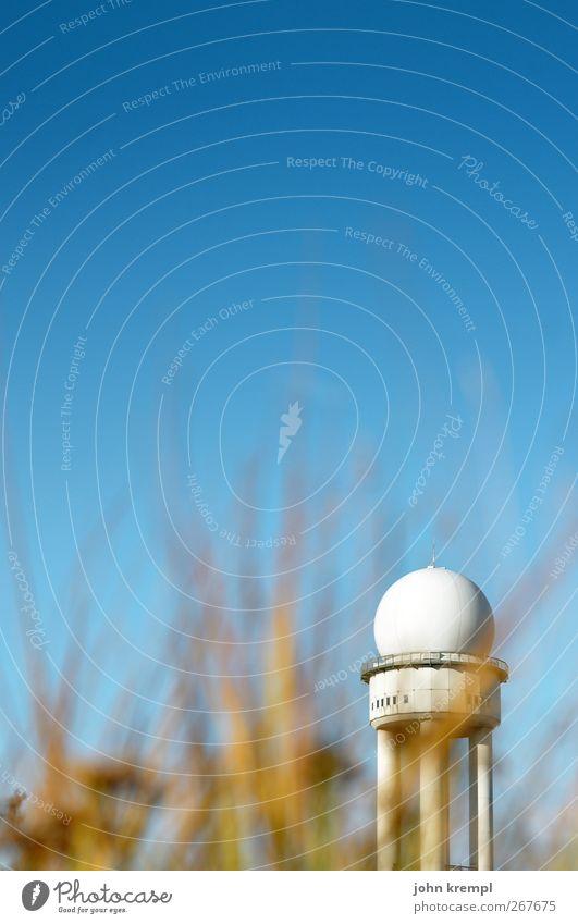 Der mit der Feldlerche tanzt Wolkenloser Himmel Berlin Deutsche Flagge Hauptstadt Bauwerk Gebäude Architektur Radarstation Sehenswürdigkeit Wahrzeichen Verkehr