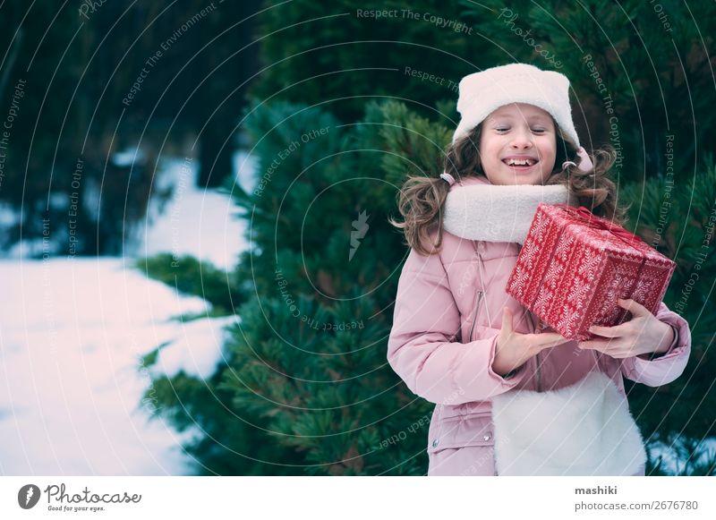 fröhliches Kind Mädchen spielt im Freien mit Weihnachtsgeschenken Lifestyle Freude Glück Spielen Ferien & Urlaub & Reisen Winter Schnee Feste & Feiern