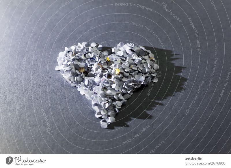 Noch ein Herz aus Konfetti Gefühle Frühling Frühlingsgefühle Raum Liebe Liebeserklärung Menschenleer Paar paarweise Partnerschaft Symbole & Metaphern