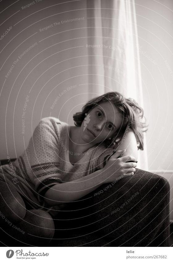 Warten Mensch feminin Junge Frau Jugendliche Haare & Frisuren Hand 1 18-30 Jahre Erwachsene liegen träumen Traurigkeit warten schwarz weiß Schwarzweißfoto