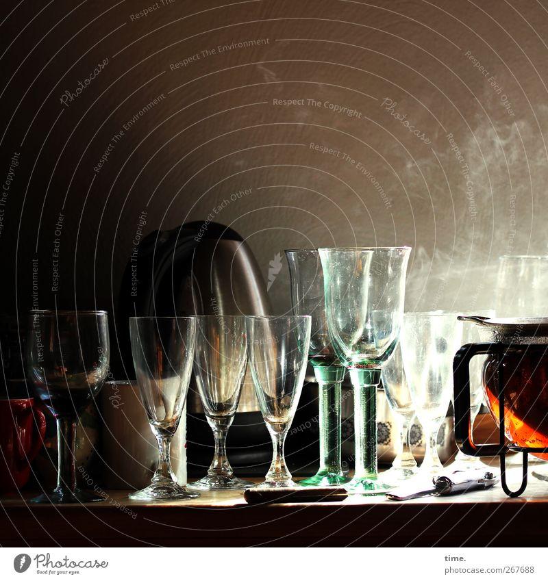 Morgentee nach durchzechter Nacht Häusliches Leben Wohnung Küche Glas Weinglas Teekanne Thermoskanne atmen genießen lecker Wärme Zufriedenheit Vorfreude