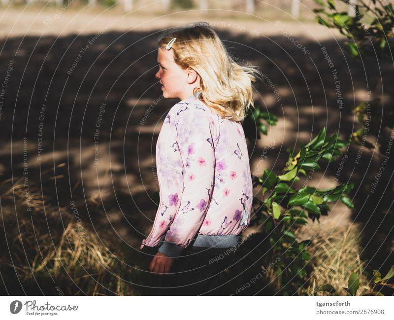Kind in Bewegung Mensch feminin Mädchen Kindheit 1 3-8 Jahre Umwelt Natur Pflanze Jacke blond beobachten Denken entdecken gehen hören laufen lernen Blick