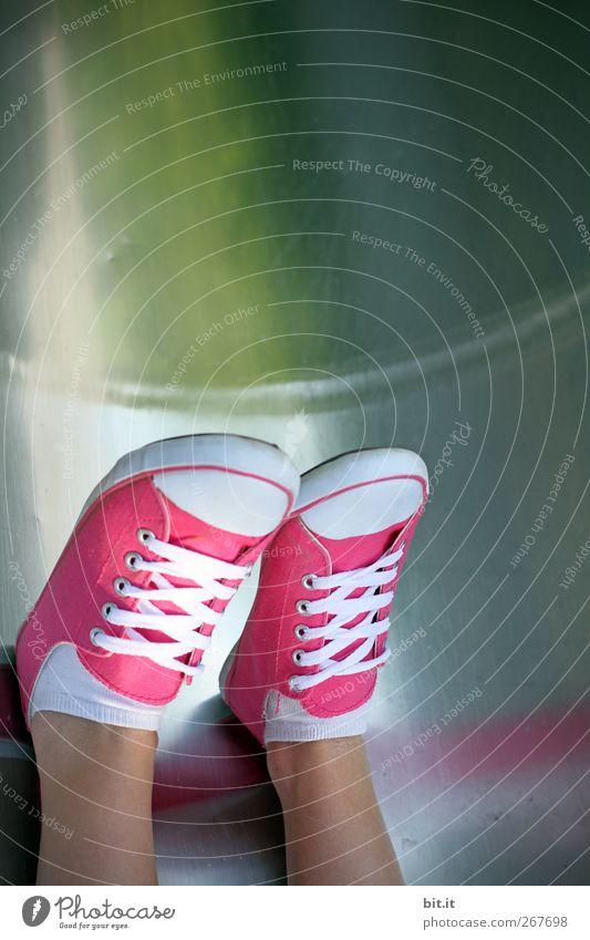 Talabwärts Fuß 1 Mensch Schuhe glänzend unten mehrfarbig rosa Turnschuh Schuhbänder Strümpfe Chucks Stoff Leinen Öse Haut gebunden Farbfoto Außenaufnahme