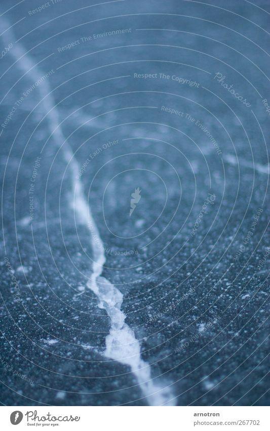 Alsterwasser mit Eis blau Wasser ruhig kalt See Linie Frost Außenalster