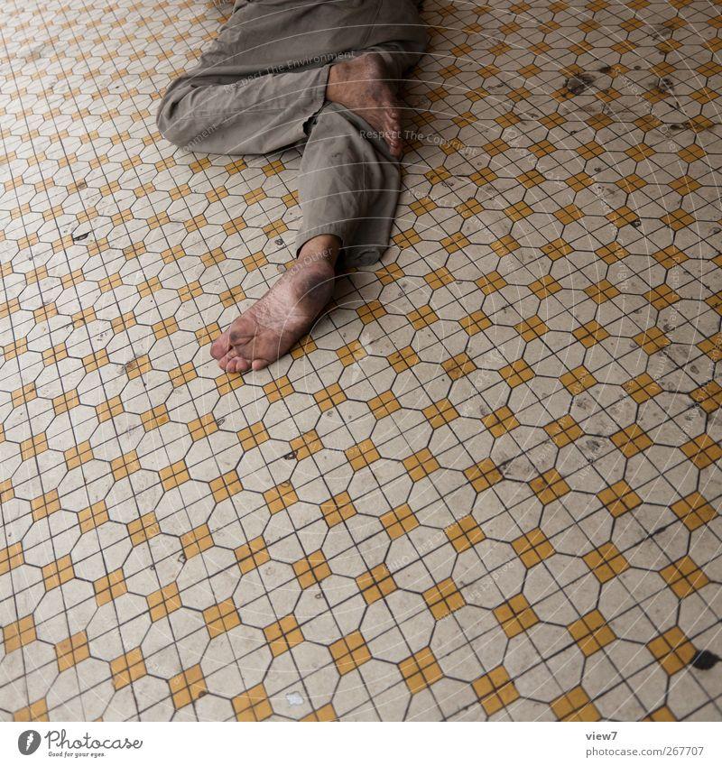 Schläfchen Mensch maskulin Fuß 1 alt gebrauchen schlafen dreckig authentisch einfach einzigartig kaputt trist Zufriedenheit Erschöpfung Ungerechtigkeit Trägheit