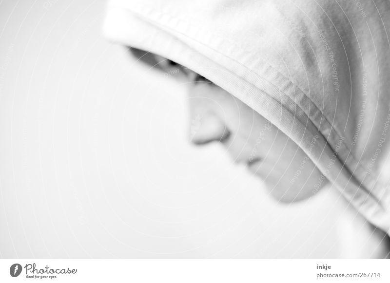 Stille Lifestyle Leben Gesicht 1 Mensch Kapuzenpullover Denken Traurigkeit warten hell weiß Gefühle Stimmung Einsamkeit Scham Reue einzigartig Krise ruhig Sorge