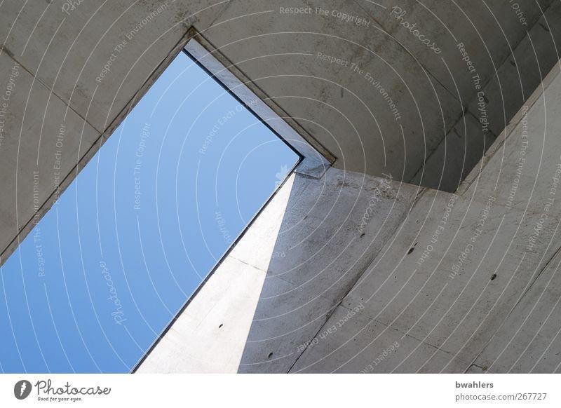 Blick nach oben blau Haus Wand Architektur grau Mauer Gebäude Fassade Dach Bauwerk Wolkenloser Himmel Betonwand