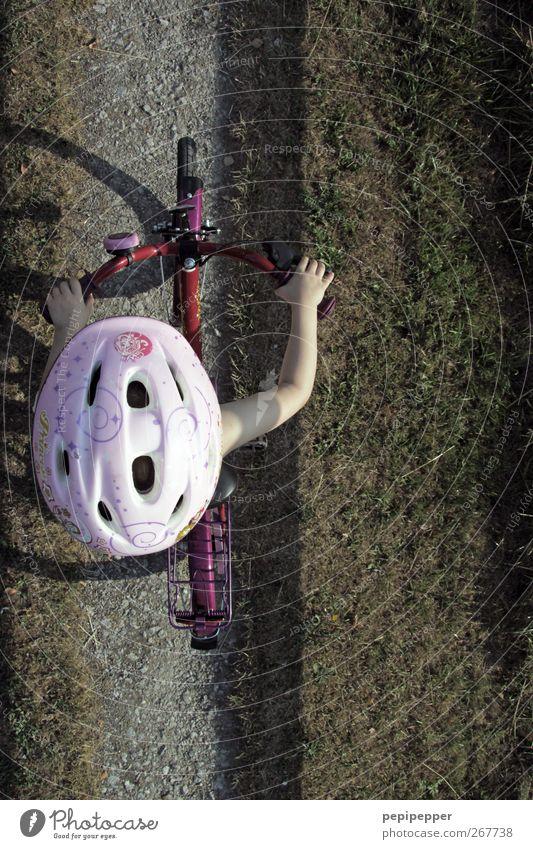 along the line Kind Ferien & Urlaub & Reisen Sommer Mädchen Bewegung Wege & Pfade Kopf Kindheit Fahrrad Feld Freizeit & Hobby Arme lernen fahren Fahrradfahren Helm