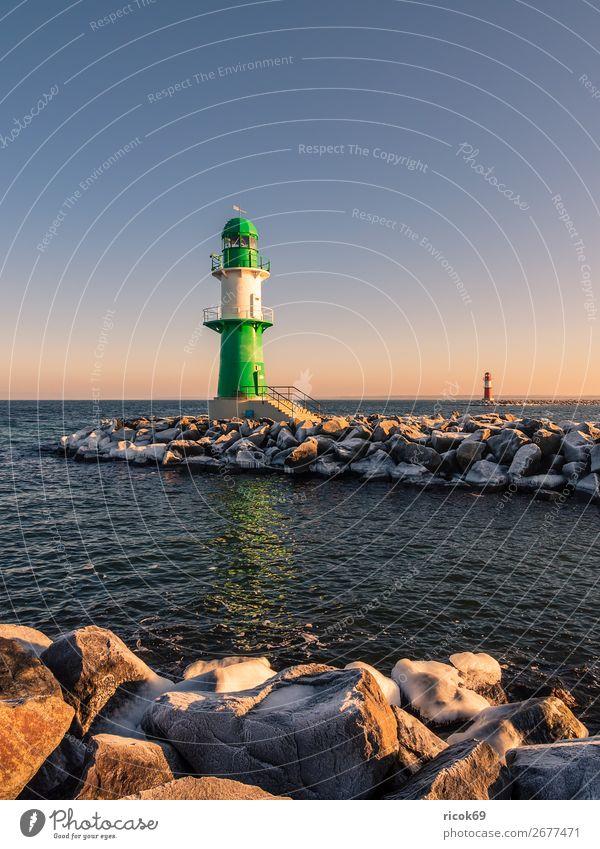 Die Mole in Warnemünde im Winter Erholung Ferien & Urlaub & Reisen Tourismus Meer Natur Landschaft Wasser Wolken Küste Ostsee Turm Leuchtturm Architektur