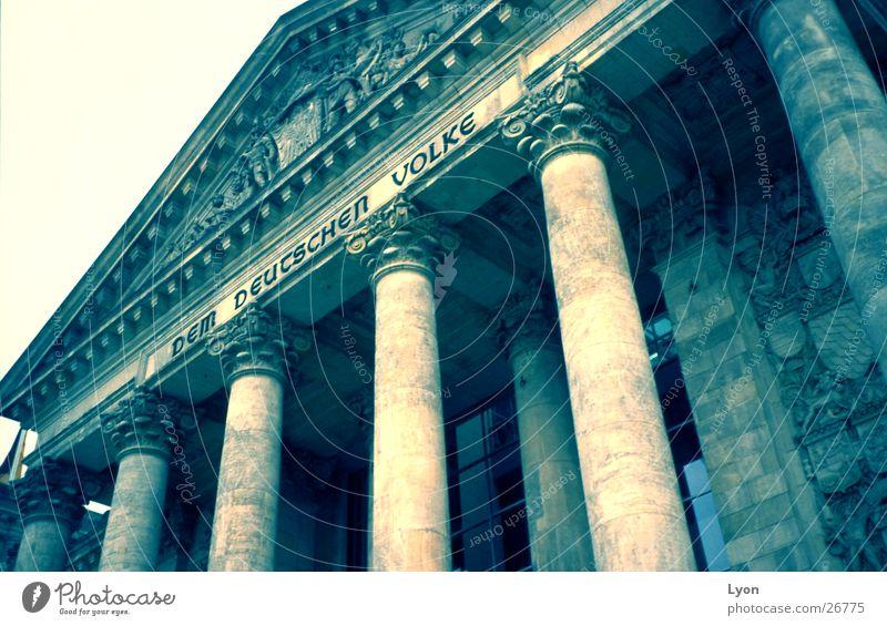 DemDeutschenVolke Berlin Architektur Deutschland Vergangenheit Säule Deutscher Bundestag Aufschrift
