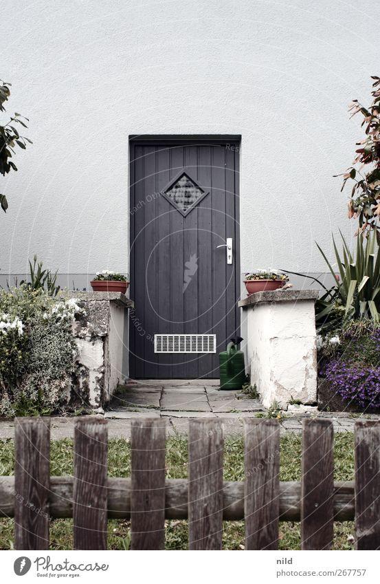 Hintertür Dorf Haus Gebäude Mauer Wand Garten Tür Gartenzaun Eingang Vorgarten Blumentopf Pflanze Gießkanne blau grau grün Farbfoto Außenaufnahme Menschenleer