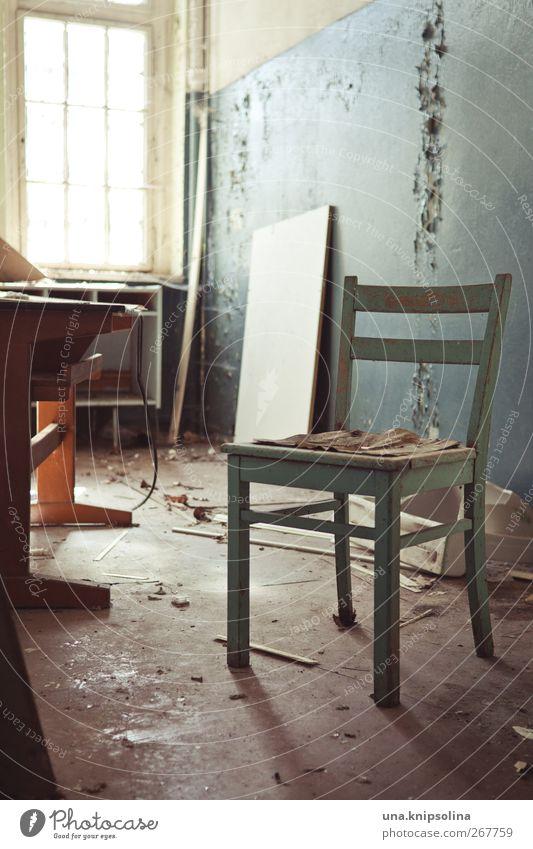 setzen Renovieren Möbel Schreibtisch Stuhl Tapete Raum Ruine Mauer Wand authentisch dreckig kaputt stagnierend Verfall Vergangenheit Vergänglichkeit