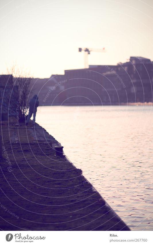 Abspann. Mensch Mann Natur Jugendliche Stadt Einsamkeit Haus Erwachsene Erholung Gefühle Architektur Wege & Pfade Freiheit Traurigkeit träumen laufen