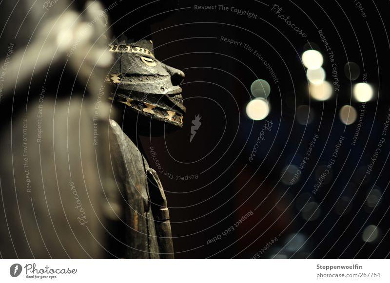 Maske Kunst Museum Skulptur Kultur Holz alt braun schwarz Kulturvolk Tradition Urvolk Afrika Gedeckte Farben Innenaufnahme Menschenleer Textfreiraum rechts