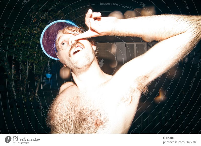 Bademeister Jugendliche Stil Junger Mann blond Behaarung maskulin Nase Lifestyle Coolness Fell Mütze Brust skurril trashig Körperpflege trendy