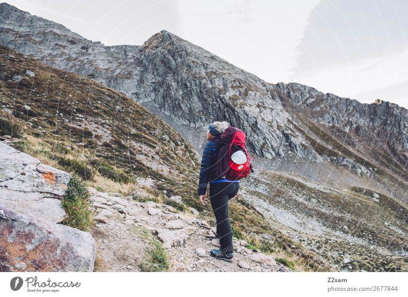 Junge Frau beim Aufstieg Freizeit & Hobby Expedition wandern Klettern Bergsteigen Natur Landschaft Felsen Alpen Berge u. Gebirge Gipfel Jacke Rucksack Erholung