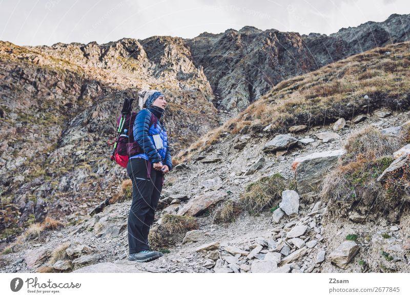 Junge Frau beim Aufstieg auf den Gipfel Freizeit & Hobby Ferien & Urlaub & Reisen Expedition wandern Klettern Bergsteigen Jugendliche 18-30 Jahre Erwachsene
