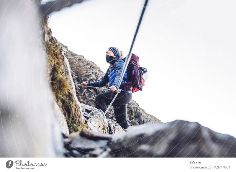 Junge Frau auf dem Klettersteig Freizeit & Hobby Ferien & Urlaub & Reisen Expedition wandern Klettern Bergsteigen Jugendliche 18-30 Jahre Erwachsene Natur