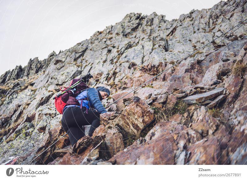 Junge Frau am Klettersteig auf dem Hirzer Ferien & Urlaub & Reisen Expedition wandern Klettern Bergsteigen Jugendliche Natur Landschaft Schönes Wetter Felsen