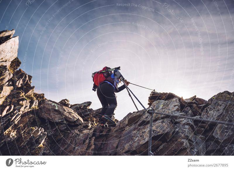 Junge Frau auf dem Klettersteig Freizeit & Hobby Freiheit Expedition Berge u. Gebirge wandern Klettern Bergsteigen Jugendliche Natur Landschaft Himmel