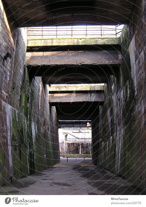 Dunkle Gasse wettergeschützt Licht Lichtspiel Schattenspiel veraltet dreckig Duisburg Strukturwandel unheimlich gruselig Ghetto Architektur Wege & Pfade