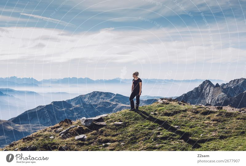 Junge Frau auf dem Gipfel Ferien & Urlaub & Reisen wandern Klettern Bergsteigen Jugendliche Natur Landschaft Himmel Sommer Schönes Wetter Alpen Berge u. Gebirge