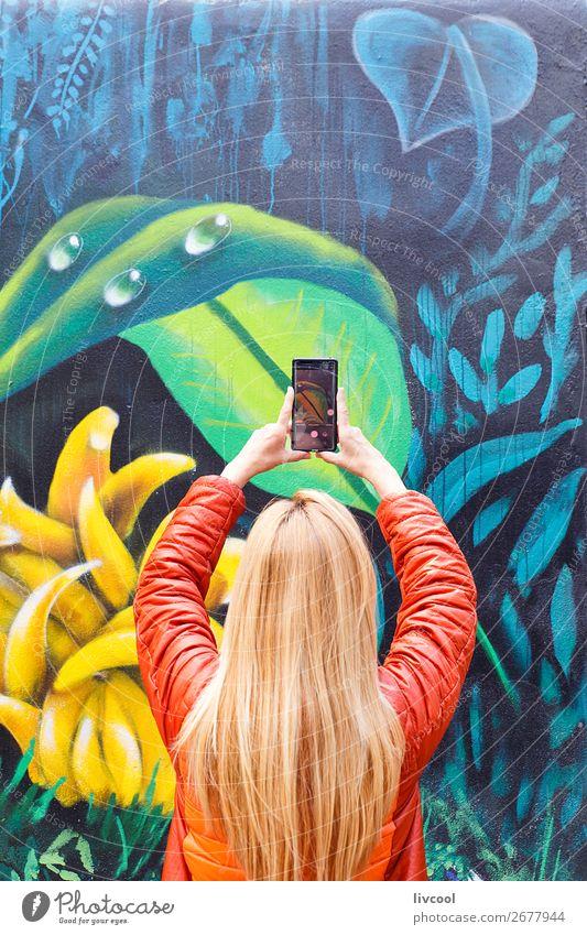 Frau Mensch Ferien & Urlaub & Reisen Natur Pflanze Stadt Farbe grün Blume Blatt Freude Straße Lifestyle Erwachsene Graffiti gelb