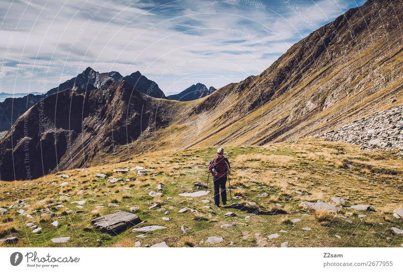 Junge Frau auf Alpenüberquerung | Hirzer E5 Himmel Ferien & Urlaub & Reisen Natur Jugendliche Landschaft Erholung Berge u. Gebirge Herbst Sport Freizeit & Hobby