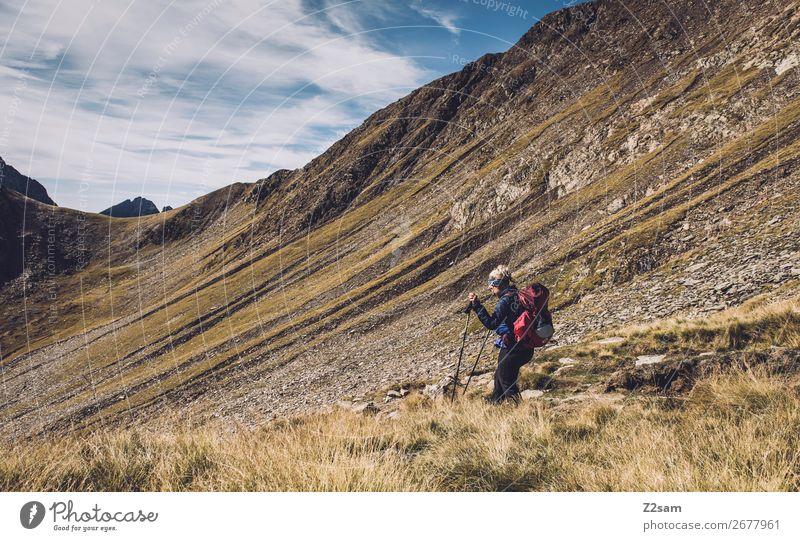 Junge Frau beim Abstieg vom Hirzer in Südtirol | E5 Ferien & Urlaub & Reisen Expedition Sommer Berge u. Gebirge wandern Klettern Bergsteigen Jugendliche Natur