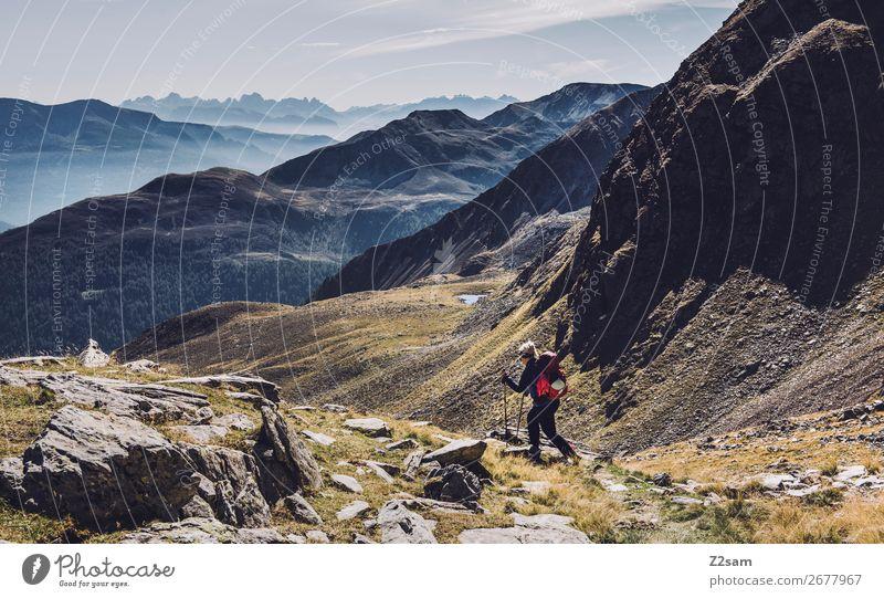 Junge Frau beim Abstieg vom Gipfel | Hirzer Südtirol Ferien & Urlaub & Reisen Expedition wandern Klettern Bergsteigen Natur Landschaft Herbst Schönes Wetter