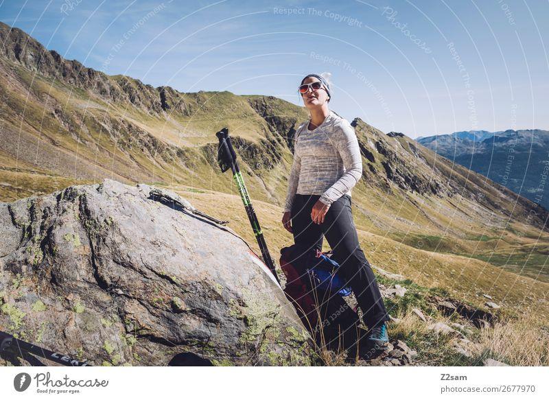 Junge Frau macht pause beim Wandern Freizeit & Hobby Ferien & Urlaub & Reisen Expedition wandern Klettern Bergsteigen Jugendliche Natur Landschaft Sonne Sommer