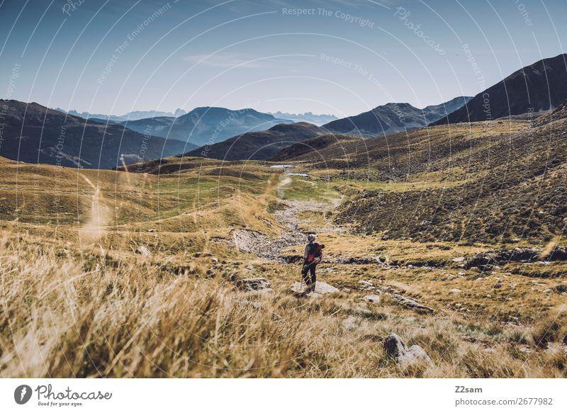 Junge Frau auf dem Abstieg vom Gipfel | E5 Alpenüberquerung Ferien & Urlaub & Reisen Abenteuer Berge u. Gebirge wandern Klettern Bergsteigen Jugendliche Natur