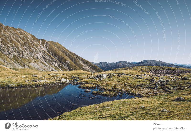 Südtiroler Bergsee | Hirzer | E5 Alpenüberquerung wandern Klettern Bergsteigen Umwelt Natur Landschaft Wolkenloser Himmel Sommer Schönes Wetter Wiese