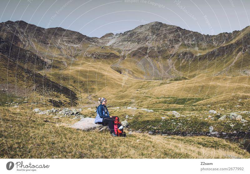 Junge Frau pausiert auf Alpenüberquerung | Südtirol E5 Ferien & Urlaub & Reisen Natur Jugendliche Sommer blau grün Landschaft Erholung ruhig Berge u. Gebirge