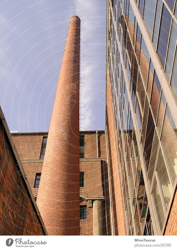 Spiegelung Architektur Mauer Fassade modern hoch rund Wandel & Veränderung Industriefotografie Rauch lang Backstein Fensterscheibe Abgas Leiter Schornstein altmodisch