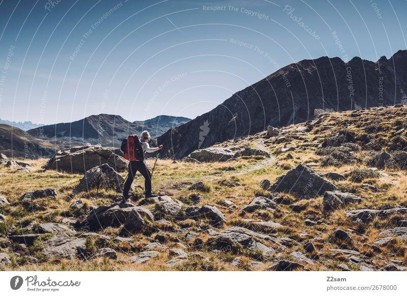 Wandererin auf dem Hirzer | Alpenüberquerung E5 Ferien & Urlaub & Reisen Abenteuer Berge u. Gebirge wandern Klettern Bergsteigen Junge Frau Jugendliche Natur