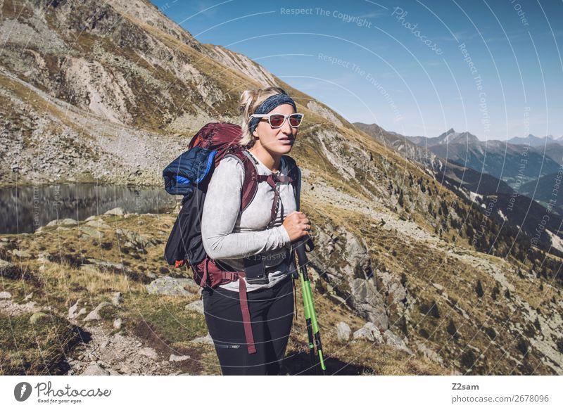 Junge Frau auf Alpenüberquerung | E5 Fernwanderweg Ferien & Urlaub & Reisen Abenteuer Expedition Berge u. Gebirge wandern Klettern Bergsteigen Jugendliche Natur