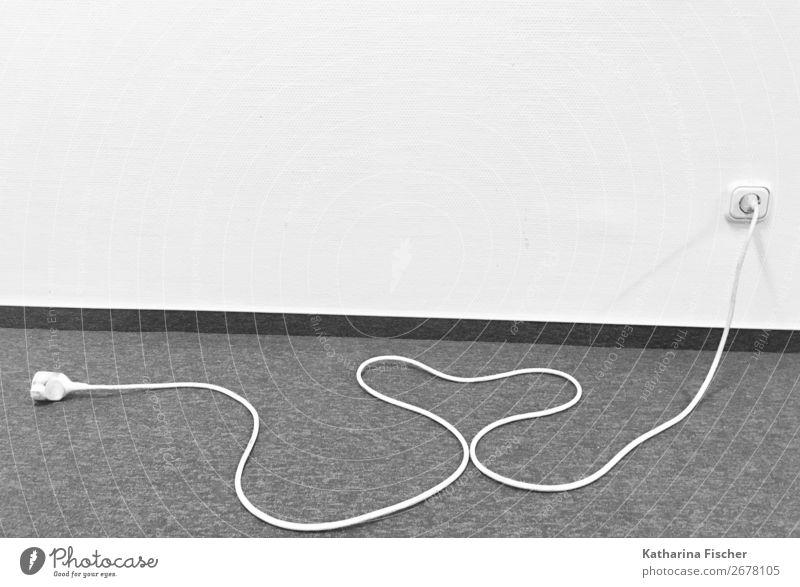 Stromkabel mit Herz Kabel Zeichen grau schwarz weiß Liebe Elektrizität Steckdose Verlängerung Verbindungstechnik Leitung Wand Boden Flur Kreativität Idee Kunst