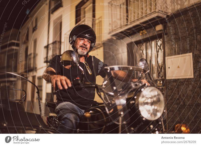 Senior Biker beim Fahren von Seitenwagenfahrzeugen Mensch maskulin Mann Erwachsene 1 45-60 Jahre Verkehr Straße Fahrzeug Motorrad dunkel retro Sicherheit
