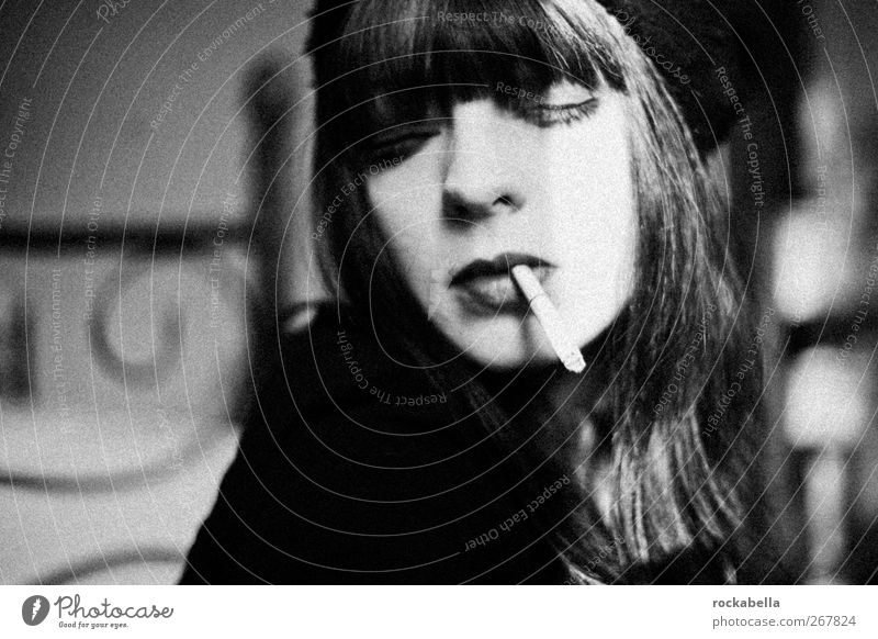 Frau mit Zigarette feminin 1 Mensch 18-30 Jahre Jugendliche Erwachsene schwarzhaarig brünett langhaarig Pony Rauchen ästhetisch elegant Erotik schön einzigartig
