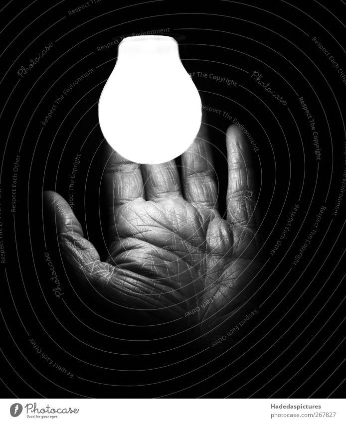 Detail Erleuchtung Mensch Jugendliche alt Hand Erwachsene dunkel Gefühle träumen Stimmung Kraft außergewöhnlich 18-30 Jahre maskulin authentisch 45-60 Jahre